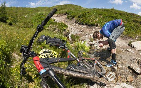 FELT Mountainbike e-Bike Pause Wasser Bach